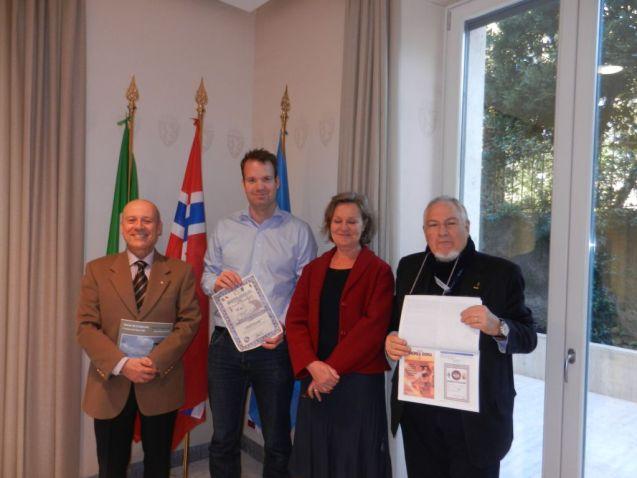 La consegna dell'attestato ai rappresentanti dell'ambasciata. Alessandro a destra e Paolo a sinistra