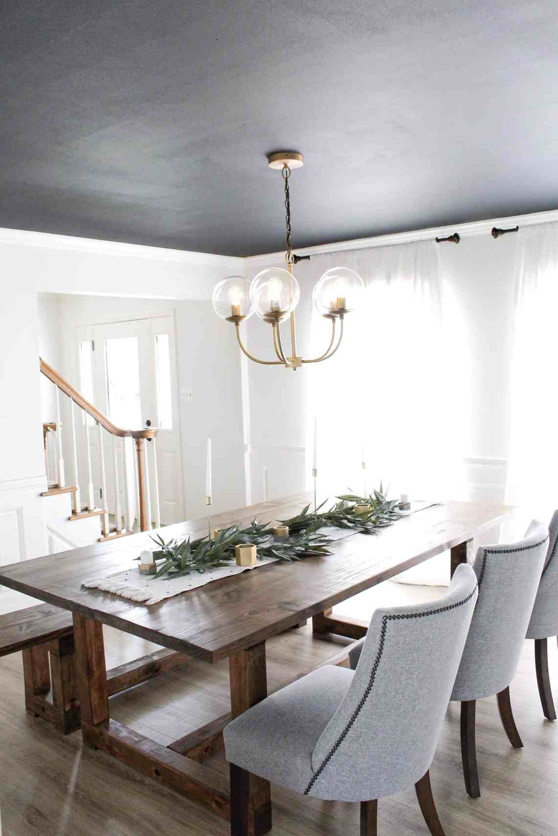Dining Room Dark Romantic: Modern Dining Room With Dark Ceiling