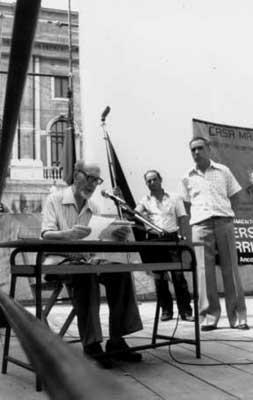 Conferencia en Ancona en 1982, con motivo del 50 aniversario de la muerte de Errico Malatesta. A su lado (los brazos detrás de la espalda) es Luciano Farinelli