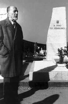 conmemoración pública de Giuseppe Pinelli después del traslado de los restos de Milán a Carrara (finales de los años setenta)