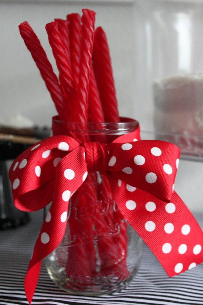 20 Cute and Easy Christmas Decor Ideas - Red bow