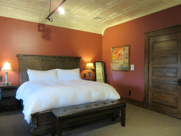 de-mun-suite-bedroom-lesmeister-guesthouse-pocahontas-arkansas Image of the bed.