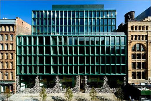 Edificio de 11 plantas contiene 27 apartamentos tipo loft (des 110m2 a 300m2) incluyendo cinco triplex. Fachada  realizada en vidrio fundido de color verde oscuro con armazón  de aluminio en planta baja en forma de graffiti.