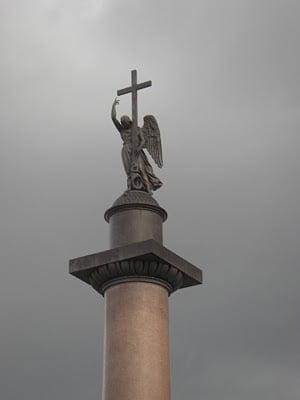 El ángel victorioso carga la cruz en la cima de la columna de Alejandro.
