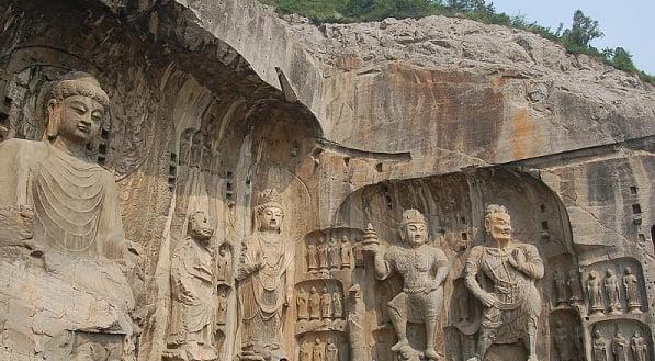Estatuas budistas en las grutas de Longmen en China.