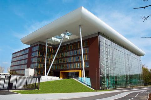 Fachadas modernas de edificios for Edificios minimalistas fotos