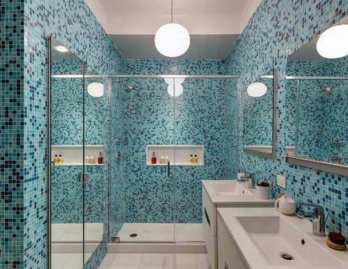 baño-con-mosaicos-azules