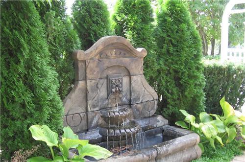 las fuentes de jardn vienen en una amplia gama de tamaos estilos y materiales se puede comprar una fuente o se puede encargar una a medida