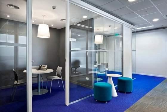 Dise o de interiores de oficinas modernas arkiplus for Iluminacion oficinas modernas