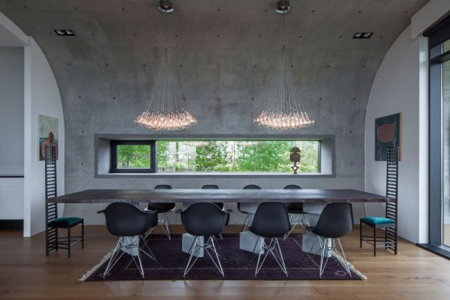 Maison design avec bardage en acier et panneaux de verre
