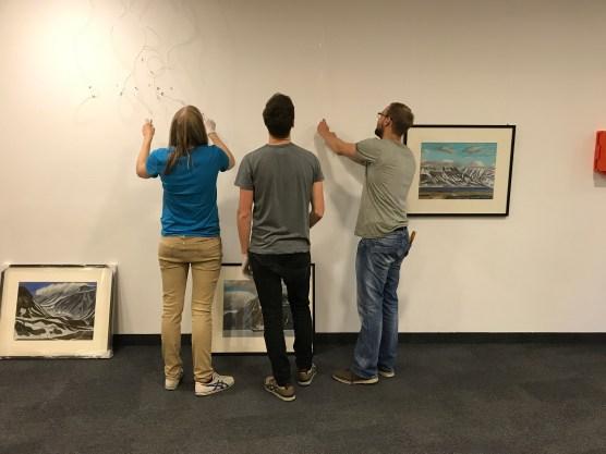 Benjamin, Raffael und Sandro beim Bilder aufhängen