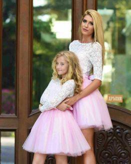 Комплект еднакви рокли за майка и дъщеря с бяла дантела и розов тюл