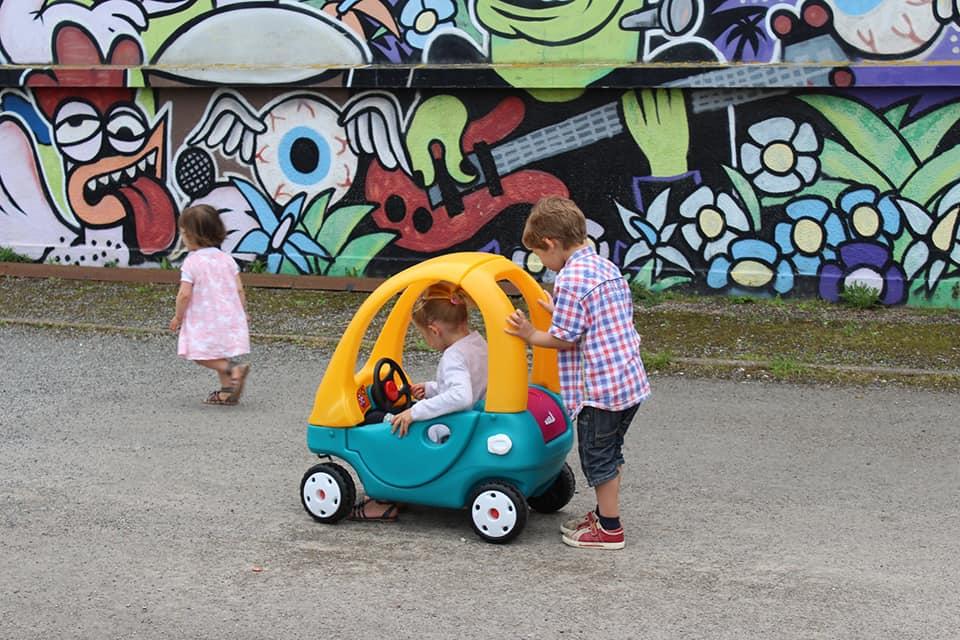 Photos d'enfants avec une petite voiturette