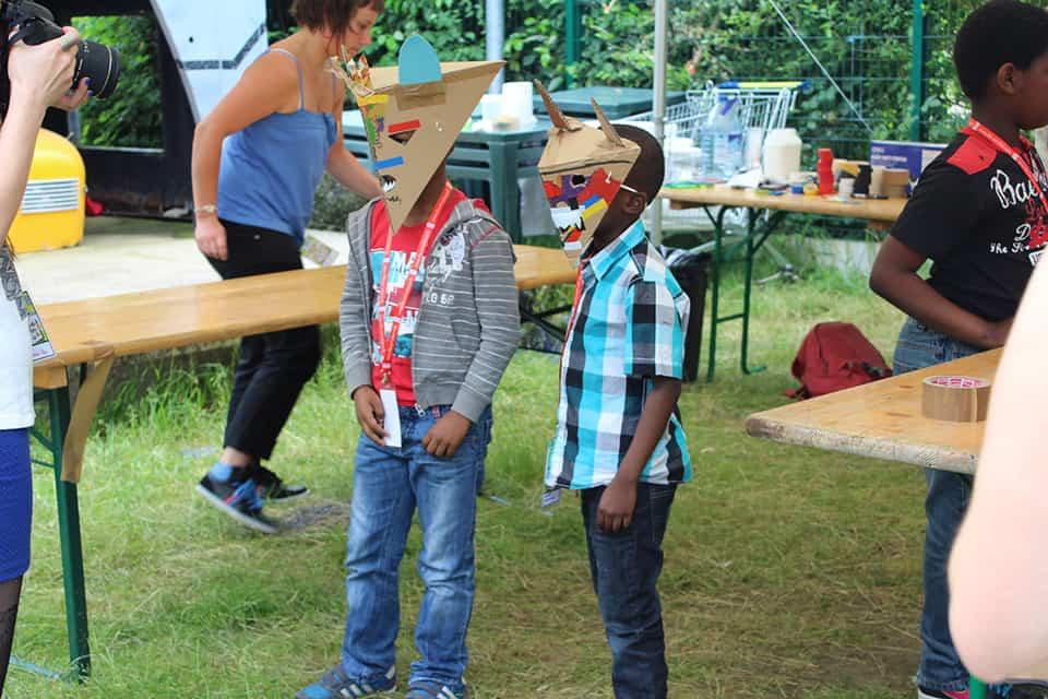 Photo - deux enfants déguisés avec des masques fabriqués