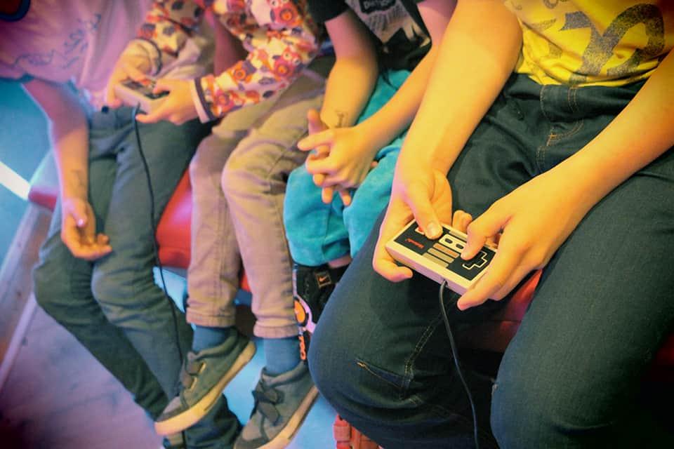 Photo d'ambiance La Fête #5 - des enfants jouent aux jeux vidéo