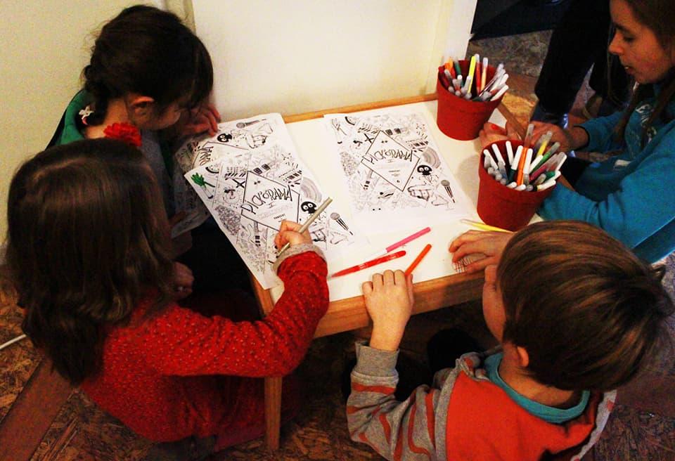 Photo - des enfants font des coloriages