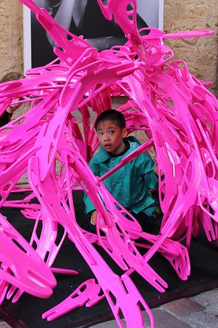 Photo - un enfant dans une construction faite en pièces du Bloom Game