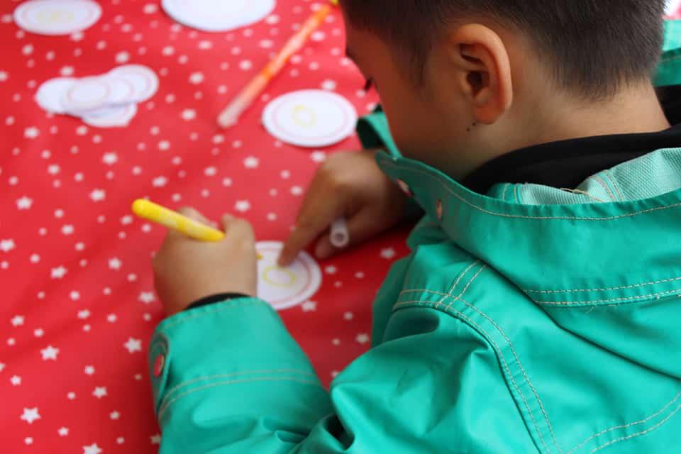 Photo - un enfant réalise un badge