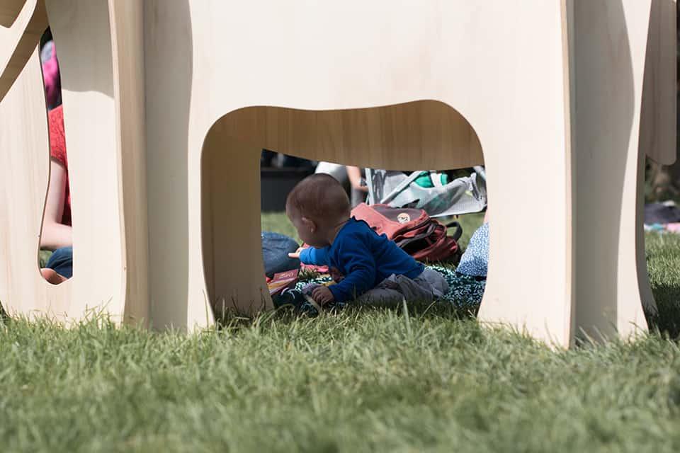 Photo d'un bébé dans la pelouse