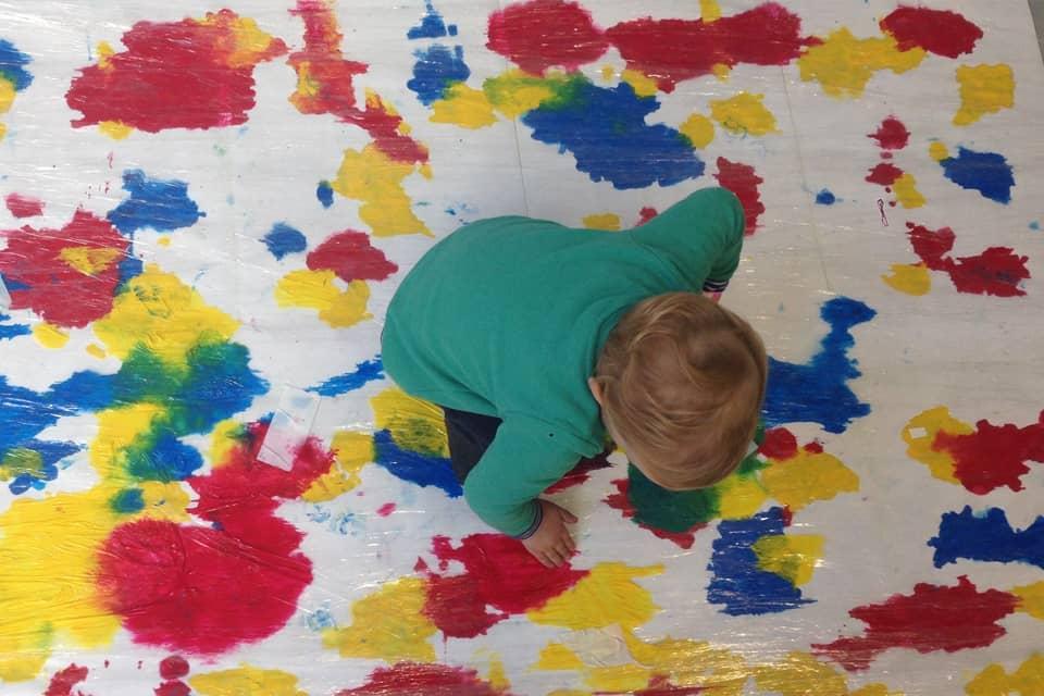 Photo d'un enfant peignant une fresque à Pépite Club #2