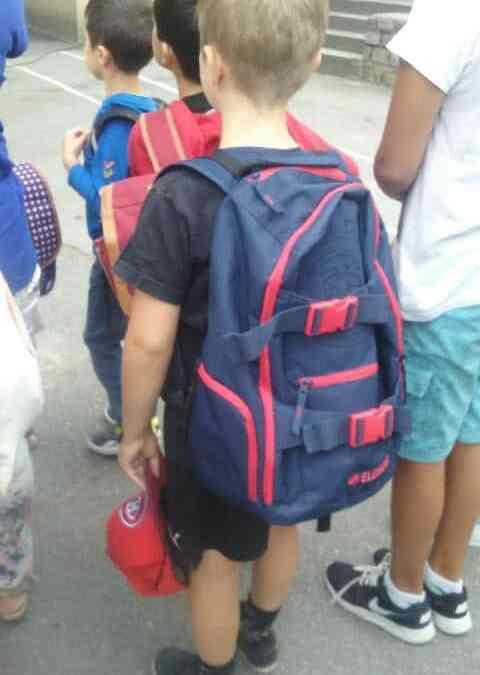 Illustration Mercredi - La rentrée - des enfants attendent avec leur cartables sur le dos