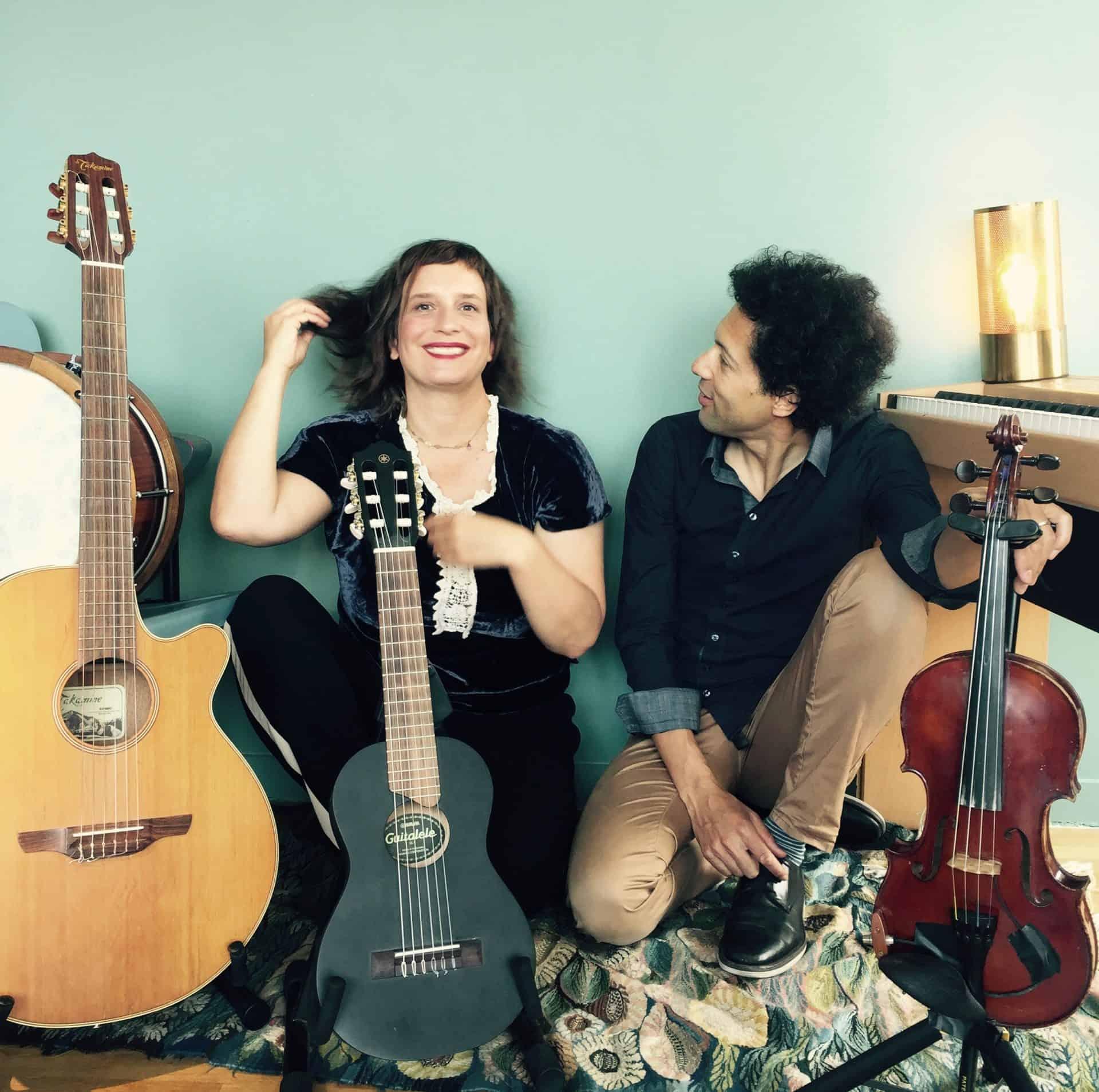 Photo de Julie Bonnie et Stan Grimbert au milieu d'instruments