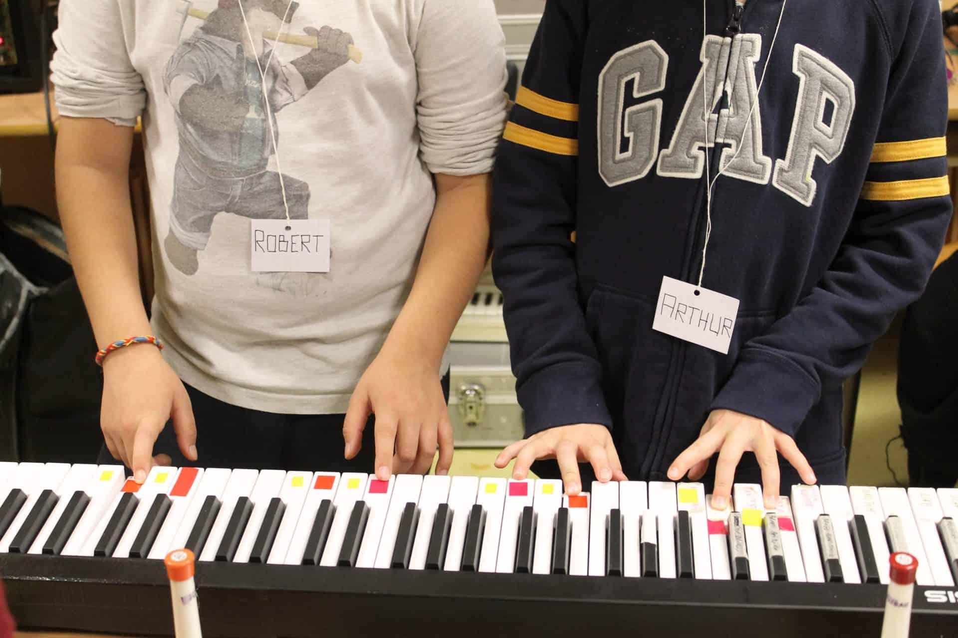 Deux enfants devant un clavier - Session en Anjou Bleu avec Mamoot