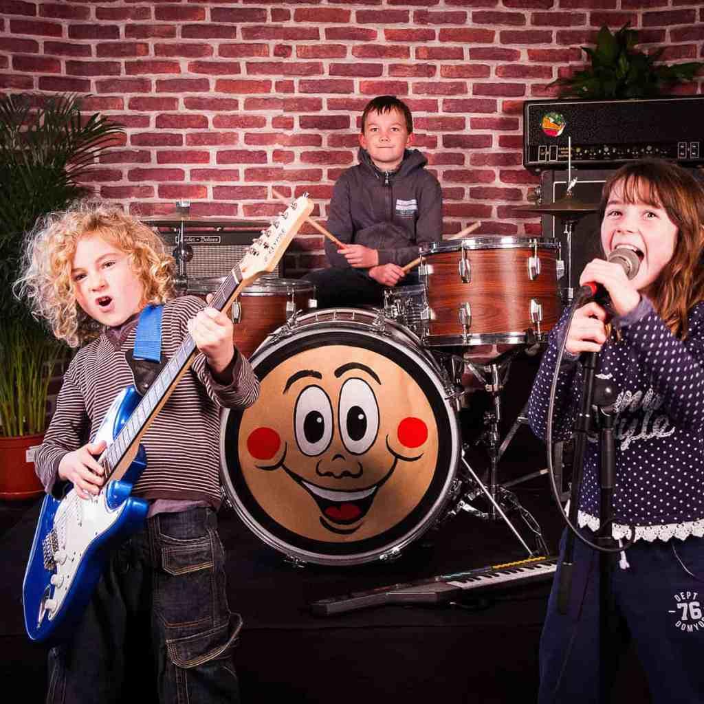 Photo de 3 enfants sur la scène du Studio photo de Yoann Buffeteau