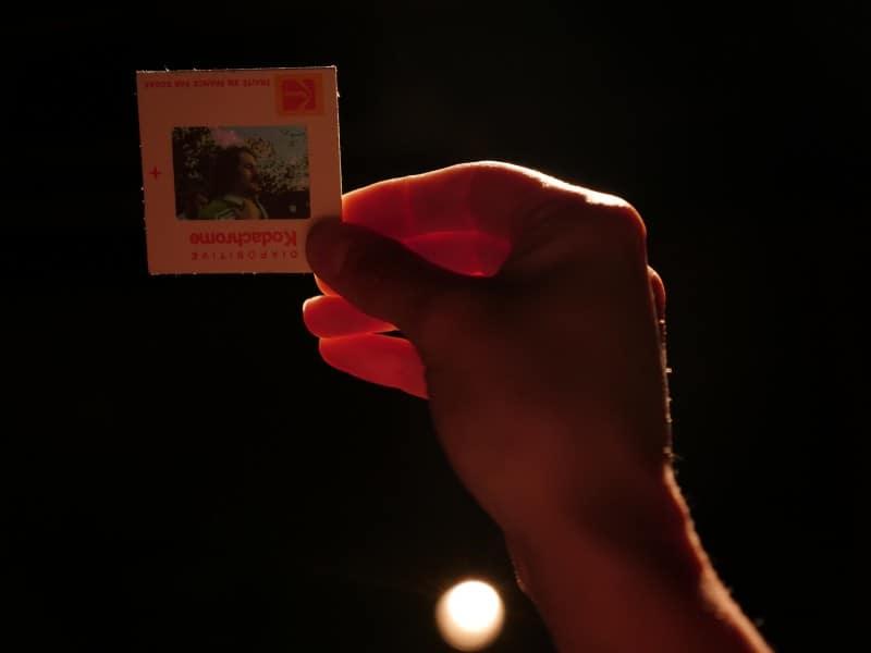 Photo du projet PIÈCE MANQUANTE - Une main tien une diapositive