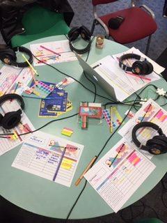 Photo - casque audio sur la table, prêts pour la session d'écoute avec Le Club