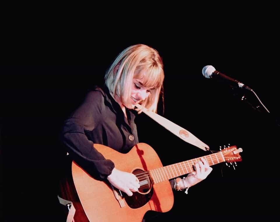 Photo - Lisa Camille avec sa guitare