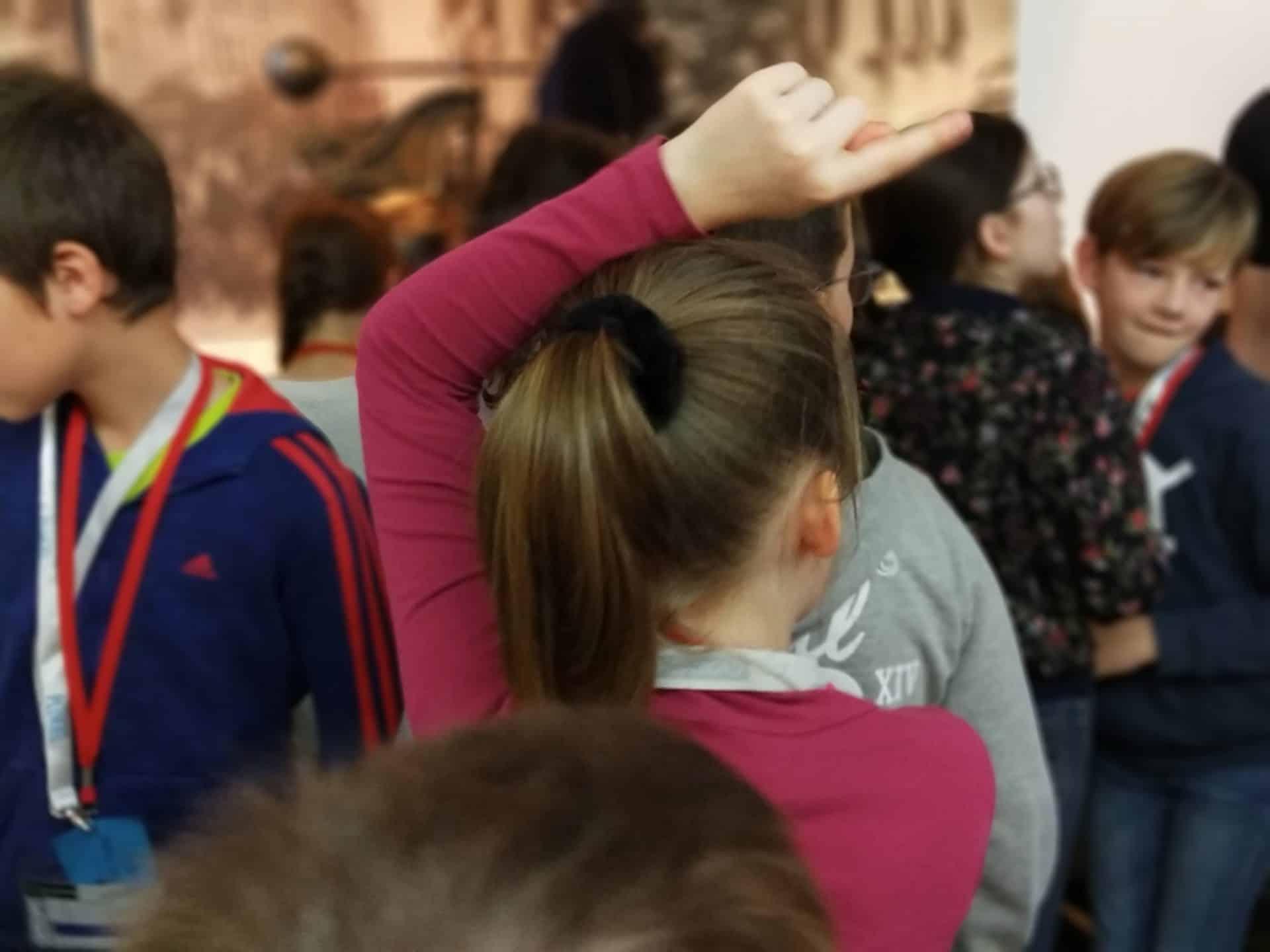 Photo - groupe d'enfants, une petite fille lève le doigt
