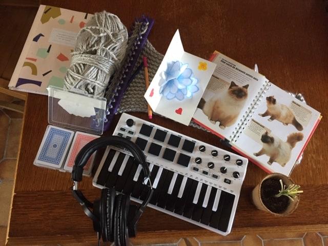 Photo / synthé, casque, livre, tricot