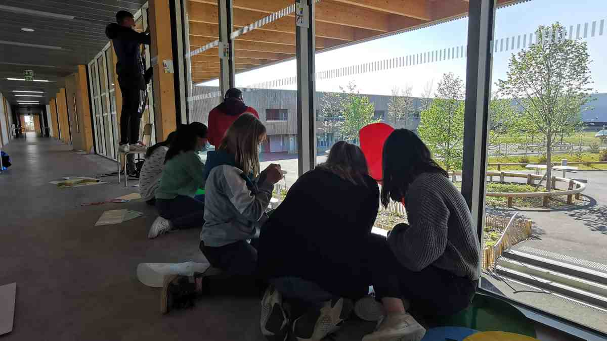 Les élèves posent la fresque