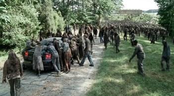 Զոմբիների ամբոխը խոչընդոտում է ավագանու մուտքը «Հաղթանակ» զբոսայգի