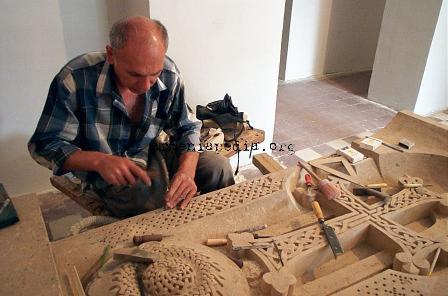 https://i0.wp.com/www.armeniapedia.org/images/e/e0/Khachkar_carver_ijevan--dcp9338.jpg