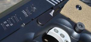 Dettaglio dell' hold open e del bottone per lo sgancio caricatore maggiorato, entrambi Ed Brown