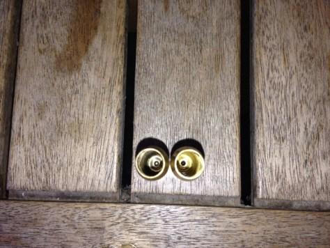 interno di bossolo da carabina a sinistra lavato afreddo a destra con lavatrice ultrasuoni