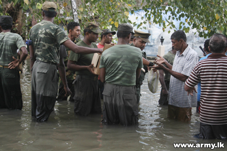 Thousands of Army Troops Busy in Flood Relief Work   Sri Lanka Army