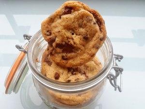 Photo de cookies au chocolat Valrhona dans un bocal en verre