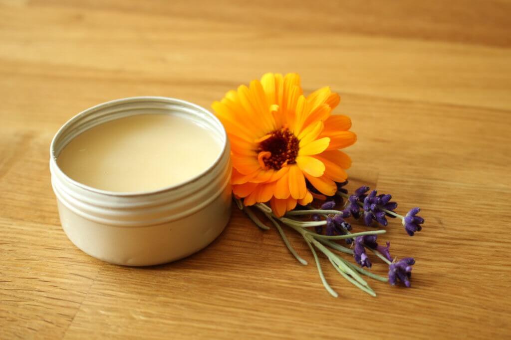 Heilsalbe mit Ringelblumen und Lavendel selbermachen