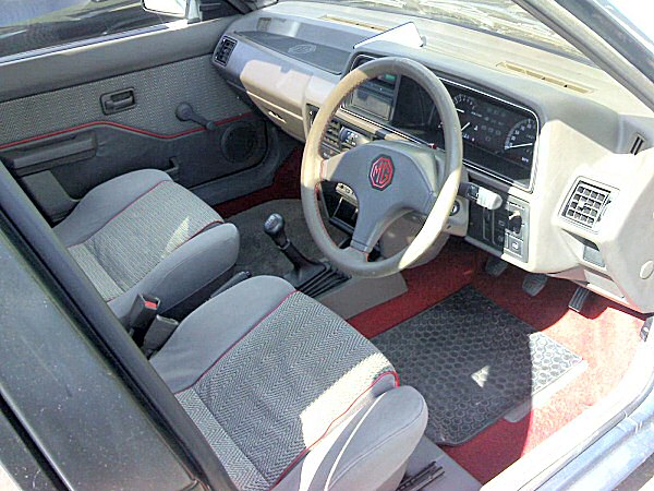 Interior standard 1987-spec Maestro EFi. Note that the additional rocker switch is for nothing more exciting than the windscreen washer...