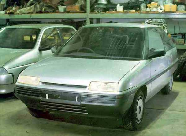 """Front view of the AR6 demonstrates the 'family look"""" that Austin Rover was trying to achieve. Compare the frontal arrangement of this car with the Rover CCV and MG EX-E concepts of 1985 and 1986 - slim, elongated headlights and a slit like grille; these were also a feature of Gerry McGovern's AR6-based MG Midget concept (see below). These styling cues would become industry standard by 1990, but by that time, Rover was already seeking to move away from the look it had helped to pioneer. (Picture: Kevin Davis)"""
