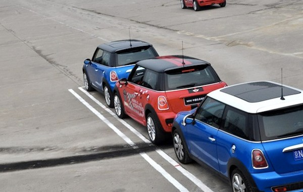 MINI breaks the parallel parking record...