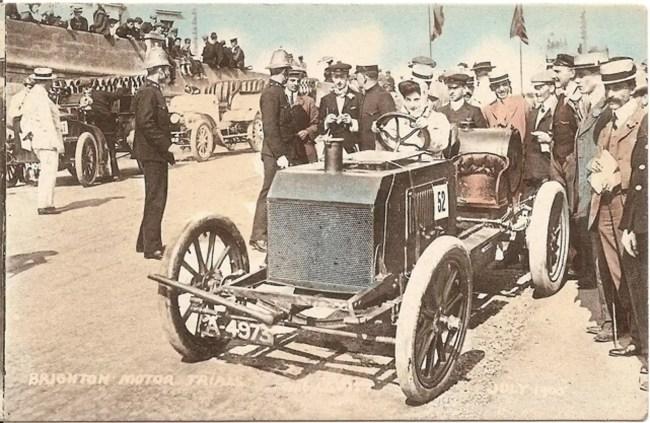 Dorothy Levitt driving a Napier in Brighton (1905).