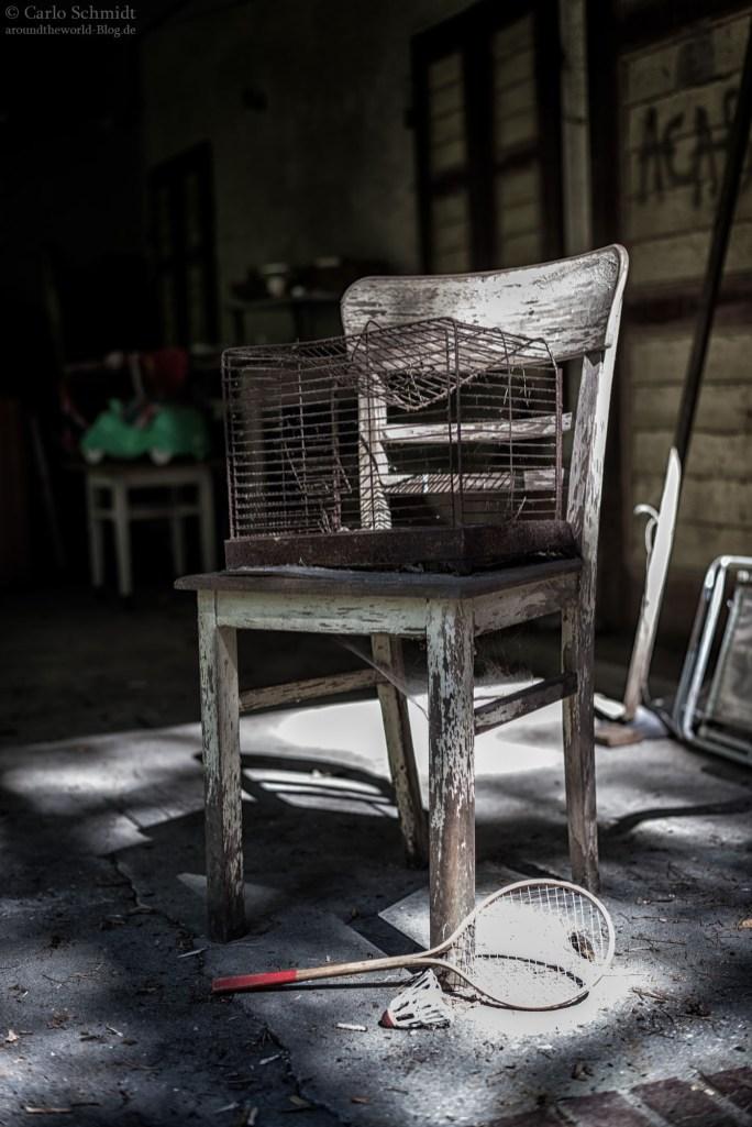 ein Stuhl mit Käfig