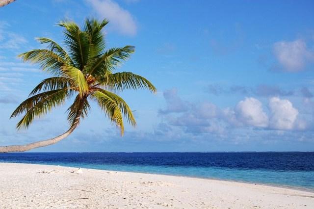 800px-A_beach_in_Maldives
