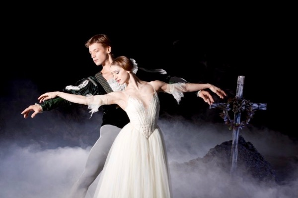 Marianela-Nunez-and-RupertPennefather-in-Giselle-photo-Johan-Persson-700x466