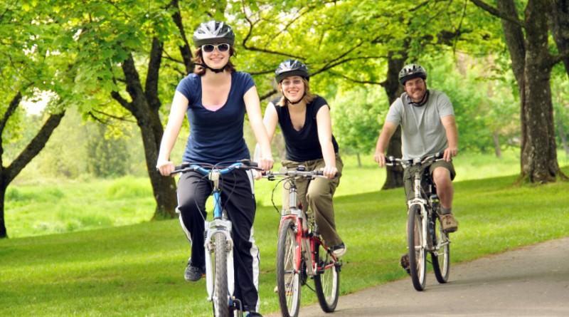 Jovenes montando bicicleta