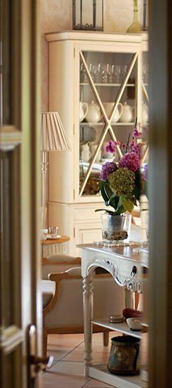 Detalle desde la Recepción de nuestras flores del salón interior en Hotel Rural Arpa de Hierba